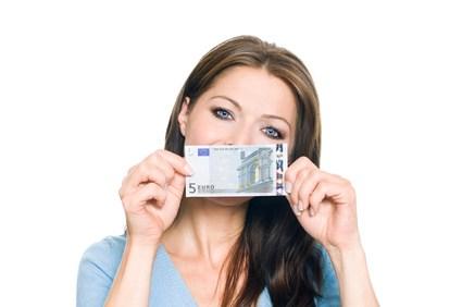 Frau mit 5 Euro Geldschein - Guthaben auszahlen ab 5 Euro